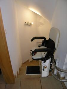 Treppenlift über mehrere Etagen, Sitzlift bei Ankunft an der Zwischenhaltestelle
