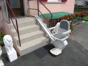 Treppenlift über 4 Stufen aussen, Sitzlift offen