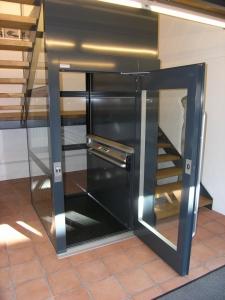 Aufzug ohne Unerfahrt und ohne Überfahrt, ohne Schachtgrube, in Treppenauge installiert