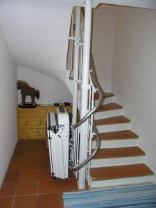 Plattformlift für Rollstuhl, schmale Treppe in Einfamilienhaus, über 3 Stockwerke, Haltestelle Keller geschlossen