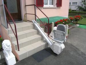 Treppenlift über 4 Stufen aussen, Sitzlift geschlossen