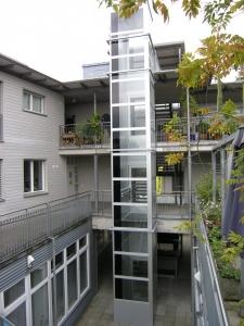 Senkrechtlift im Aussenbereich, nachträglicher Anbau an Mehrfamilienhaus, über 3 Etagen