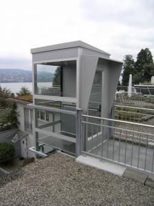 Aussenlift bei Mehrfamilienhaus, nachträglicher Anbau über 4 Stockwerke, oberste Haltestelle auf Dach