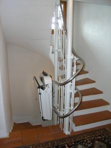 Plattformlift für Rollstuhl, schmale Treppe in Einfamilienhaus, über 3 Etagen, Haltestelle Erdgeschoss geschlossen