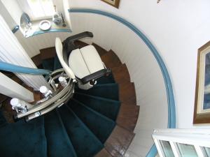 Treppenlift für Wendeltreppe, Sitzlift während der Fahrt