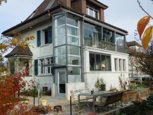 Aussenlift mit Glasschacht, ohne Unterfahrt und ohne Überfahrt, bei Einfamilienhaus