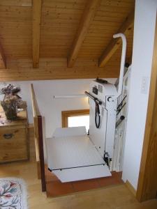 Rollstuhllift mit Plattform, schmale Treppe in Einfamilienhaus, über 3 Etagen, Haltestelle Obergeschoss offen