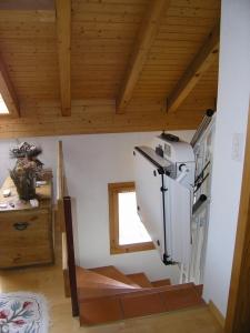 Rollstuhllift Hiro 320, schmale Treppe in Einfamilienhaus, über 3 Stockwerke, Haltestelle OG geschlossen