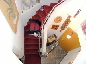 Treppenlift über 2 Etagen, mit Türdurchfahrt ins Kellergeschoss