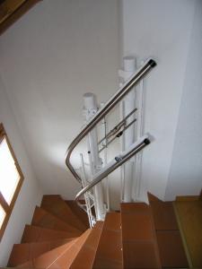 Plattformtreppenlift Hiro 320 für Rollstuhl, über 3 Etagen auf Treppe mit Kurven, oberes Fahrbahnende im Obergeschoss