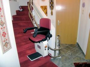 Treppenlift mit Türdurchfahrt ins Kellergeschoss, Türe geschlossen