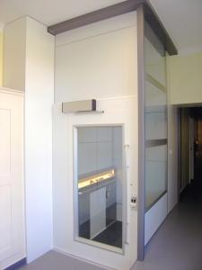 Aufzug nachrüsten, Senkrecht-Plattformlift Kalea A4, Montage durch Deckendurchbruch bei Schulhaus