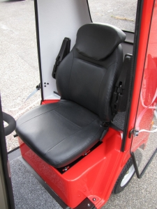 Verstellbarer Komfortsitz unseres Elektromobils GC solo, Fahrzeug darf ohne Führerschein gefahren werden