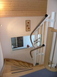 Rollstuhllift mit Plattform, über Wendeltreppe in Einfamilienhaus, 3 Etagen, oberes Fahrbahnende im Obergeschoss