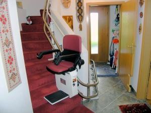 Treppenlift mit Türdurchfahrt ins Kellergeschoss, Türe offen