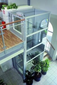 Homelift behindertengerecht, nachträglicher Einbau für Rollstuhl in Einfamlienhaus, Liftschacht aus Glas, halbhohe Türe