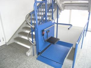 Plattformlift für Rollstuhl in einem öffentlichen Gebäude (Bibliothek), Haltestelle unten, mit Klappsitz