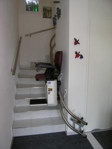 Treppenlift Innenläufer mit direkter Wandmontage für minimale Einbaumasse