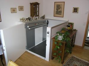 Aufzug in Einfamilienhaus, behindertengerecht, nachträglicher Einbau für Rollstuhl, ohne Schachtkopf, halbhohe Türe oben