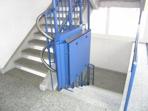 Rollstuhllift mit Plattform, in einem öffentlichen Gebäude (Bibliothek), Haltestelle unten, geschlossen
