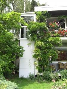 Aussenlift Kalea A4, Nachrüstung bei Einfamilienhaus, Zugang über Terrasse, Schacht oben teilweise verglast