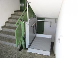Plattformlift Hiro 320 für Rollstuhlfahrer, in Mehrfamilienhaus, behindertengerechter Zugang zu Etage mit Lift