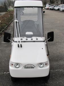 Elektromobil GC solo für Senioren: Die 4 runden Austrittslöcher der Scheibenlüftung sind gut sichtbar (Elektroheizung  im Standard enthalten)