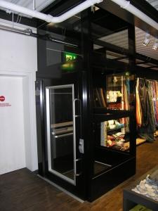 Plattformlift Ladenlokal, Nachrüstung ohne Unterfahrt und ohne Überfahrt, Montage in einem Deckendurchbruch
