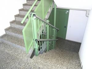 Rollstuhllift Hiro 320, Treppe in Mehrfamilienhaus, behindertengerechter Zugang zu Etage mit Lift