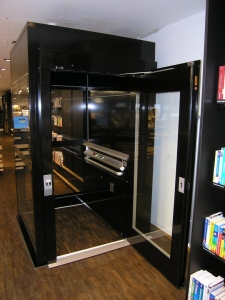 Nachträglicher Lifteinbau in eine Ladenlokal, behindertengerecht, bauseitiger Plattformboden aus Parkett