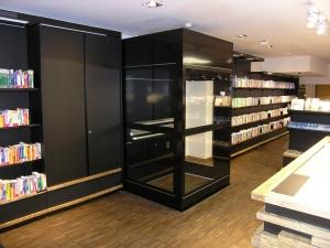 Rollstuhlgängiger Aufzug, nachträglicher Einbau in Ladenlokal, Montage durch Deckendurchbruch