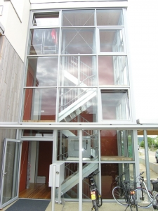 Rollstuhllift mit Plattform, schmale Treppe über 3 Stockwerke in Mehrfamilienhaus