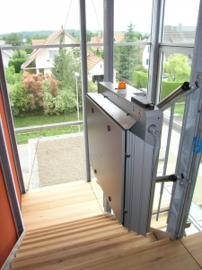 Plattformlift für Rollstühle über Treppe mit schmalen Abmessungen in MFH, Montage an bauseitige Doppel-T-Träger