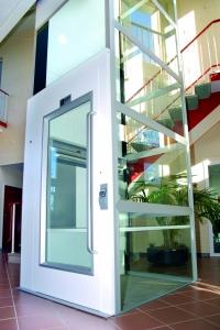 Senkrecht-Plattformlift innen, ohne Unterfahrt und ohne Überfahrt, Liftschacht 3-seitig verglast