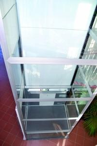 Personenlift ohne Schachtgrube im Innenbereich, Liftschacht 3-seitig verglast