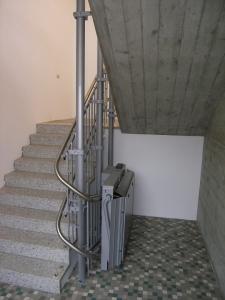 Plattformtreppenlift Hiro 320 in öffentlichem Gebäude (Schulhaus), unter Haltestelle nach 180°-Kurve, Plattform geschlossen
