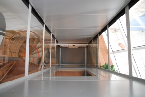 Senkrechtlift über mehrere Etagen, Liftschacht verglast, Ansicht von oben