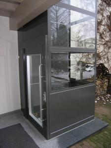 Nachrüstung eine Aussenliftes in einem Mehrfamilienhaus, Liftschacht aus Glas