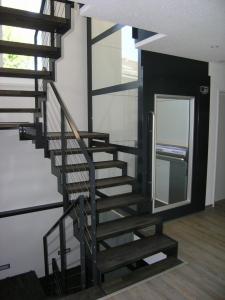 Behindertengerechter Homelift in einem Einfamilienhaus neben der Treppe
