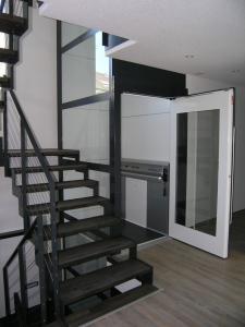 Homelift für Rollstuhl in einem Einfamilienhaus, nachträglicher Einbau ohne Schachtgrube