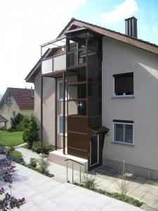Nachträglicher Anbau eines Aussenliftes über 3 Etagen bei Mehrfamilienhaus