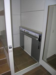 Senkrechtlift im Innenbereich eines Einfamilienhauses, Nachrüstung mit bauseitigem Plattformboden