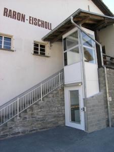Behindertengerechter Aussenlift für Personen im Rollstuhl, Zugang zu einer Seilbahnstation