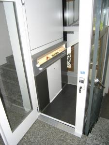 Fahrstuhl ohne Unterfahrt und ohne Überfahrt in einem Mehrfamilienhaus, Türe geöffnet