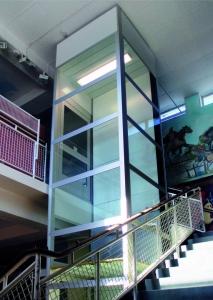 Homelift im Innenbereich, verglaster Schacht, oben mit integrierter Beleuchtung