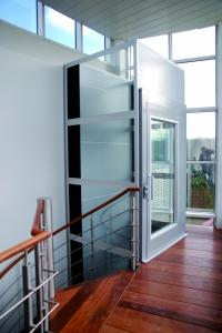 Aufzug im Innenbereich, behindertengerecht, für Personen im Rollstuhl geeignet, Schacht verglast