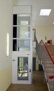 Fahrstuhl ohne Unterfahrt und ohne Überfahrt in einem Schulhaus