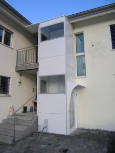 Behindertengerechter Liftanbau im Aussenbereich eines Mehrfamilienhauses