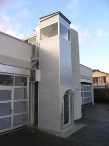 Aussenlift über 1 Stockwerk, mit Zugang auf Dachterrasse, Abschlussdach über dem Aufzug