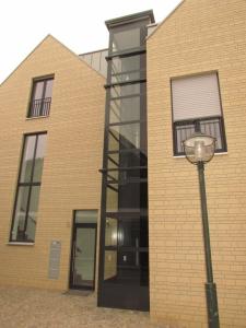 Anbau eines Senkrechtliftes aussen über 3 Etagen in einem Mehrfamilienhaus
